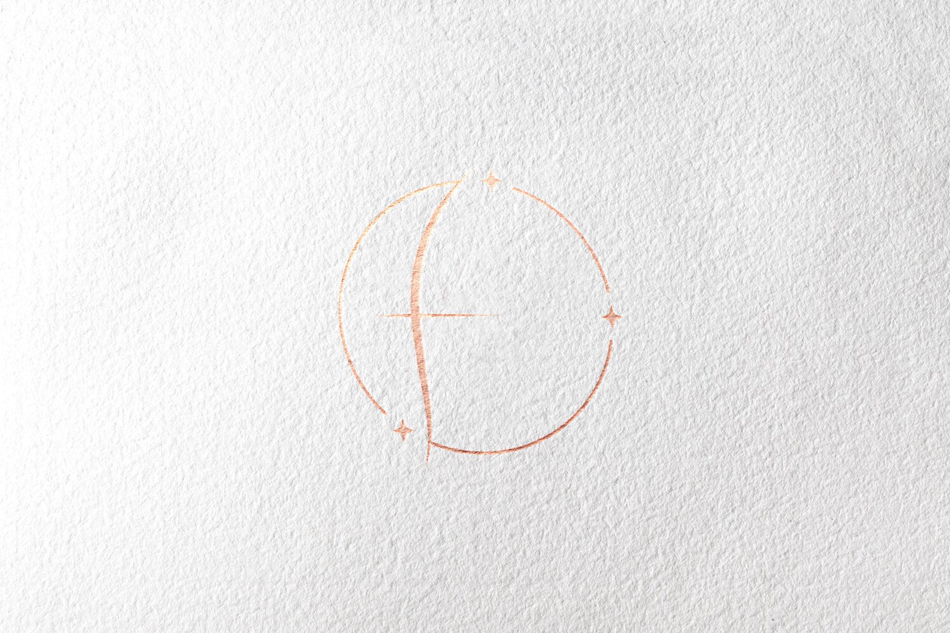 Logo rose gold sur papier kraft blanc
